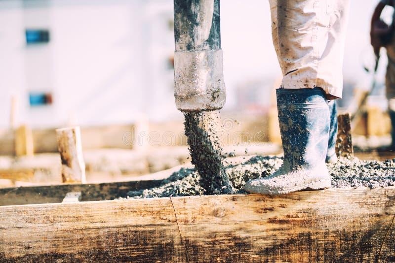 Szczegóły betonowy dolewanie podczas budowy dom Przemysłowi szczegóły, maszyneria i ludzie, zdjęcie stock