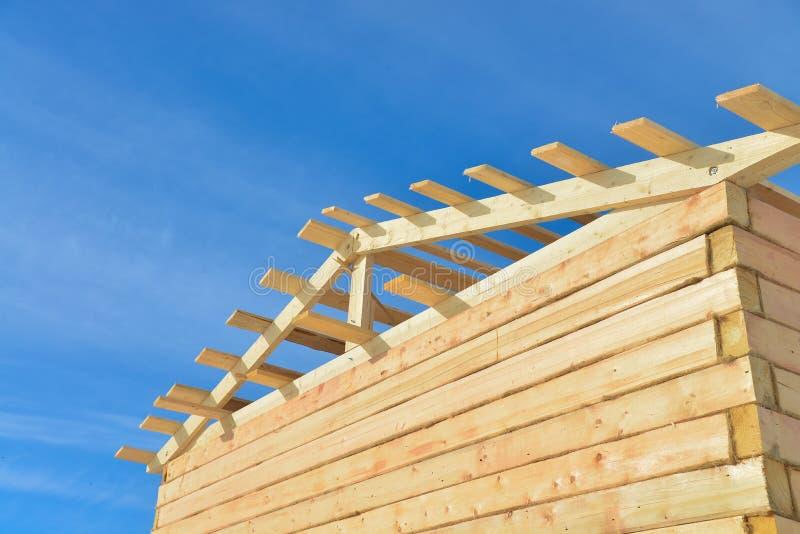 Szczegóły budowa drewniany dom na buła nieba tle, zadasza szalunek struktury system obraz stock