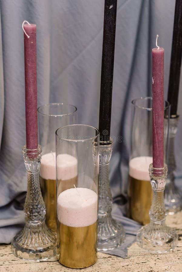 Szczegóły dekorować ślub: świeczki, kwiaty i candlesticks, obraz stock