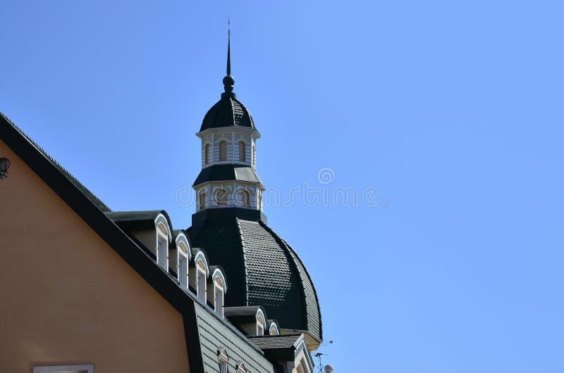 Szczegóły Kharkov architektury zakończenie Czerep kąt dach kondygnacja budynek, dekorujący w antykwarskim sty obrazy royalty free