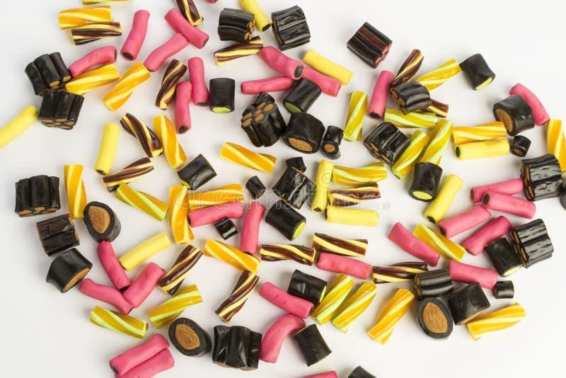 Szczegóły kolorowego smakowitego słodkiego kona lukrecjowy cukierek na białym tle obrazy royalty free