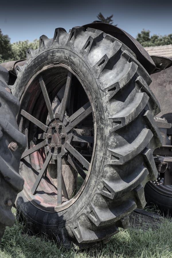 Szczegóły na stary ciągnikowym toczą wewnątrz Csernat Rumunia fotografia stock