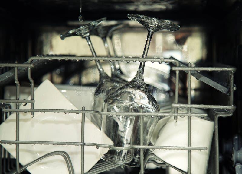 Szczegóły otwarty zmywarka do naczyń, naczynia z kroplami wewnątrz podczas washin obraz royalty free