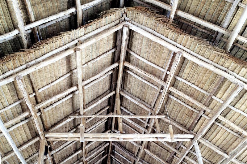 Szczegóły pokrywająca strzechą drewniana dwuokapowa dachowa struktura fotografia royalty free