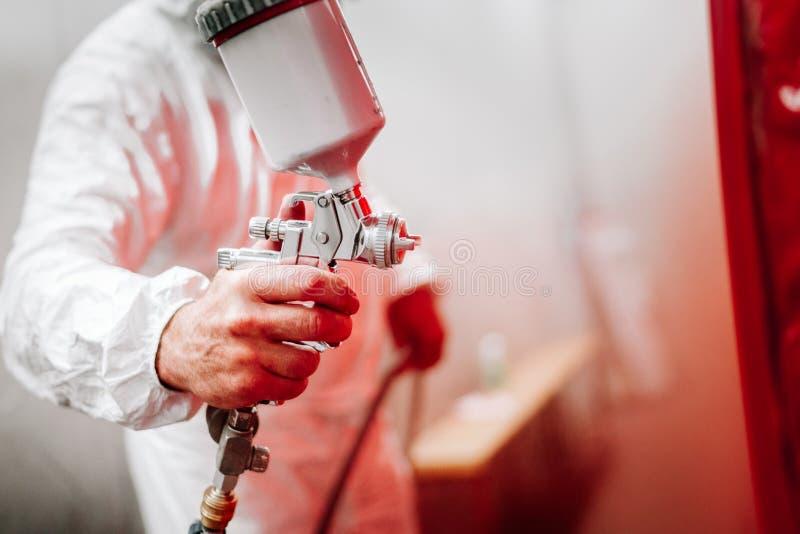 szczegóły przemysłowy pracownik, mechanika inżyniera malarz maluje samochód zdjęcia royalty free
