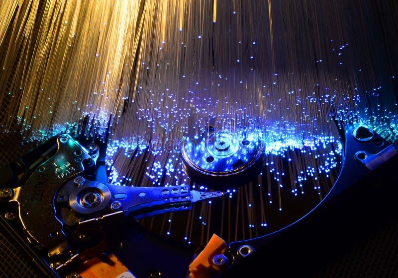 Szczegóły rozpieczętowana komputerowa dysk twardy przejażdżka z barwionymi wzrokowymi włókno skutkami obraz stock