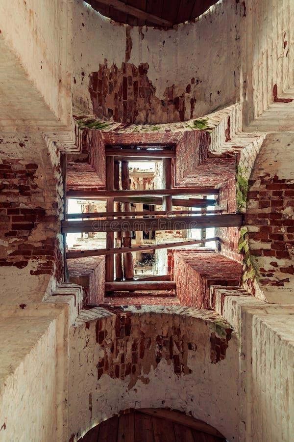 Szczegóły wnętrze zniszczony Ortodoksalny kościół St Nicholas w lasach Kostroma region fotografia stock