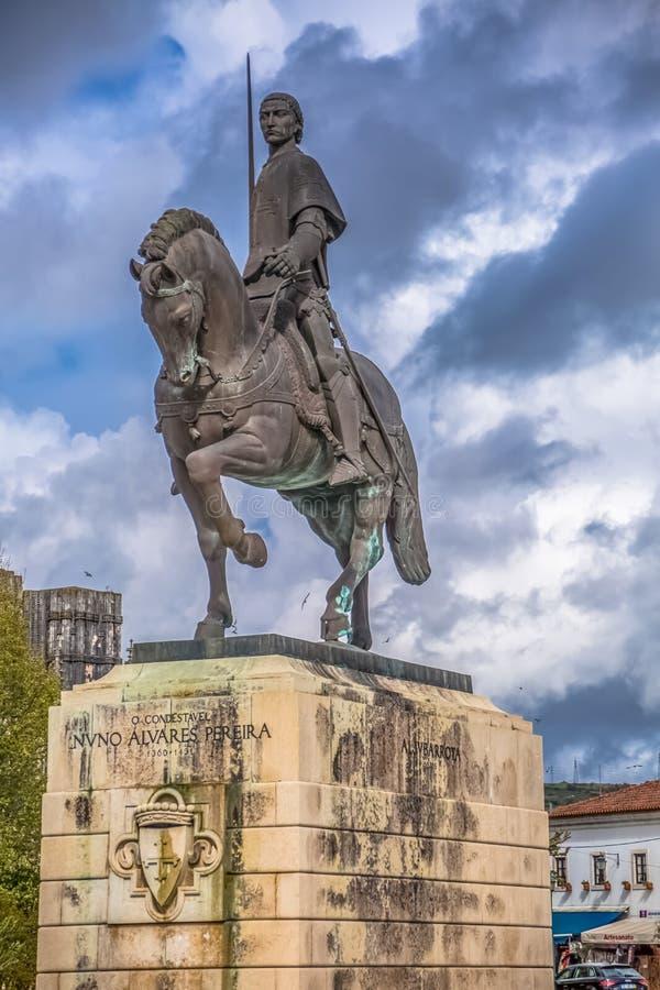 Szczeg??owy widok statua przy Nuno Alvares pereira, s?awnym portuguese rycerzem i jego koniem, Portugalia obrazy stock
