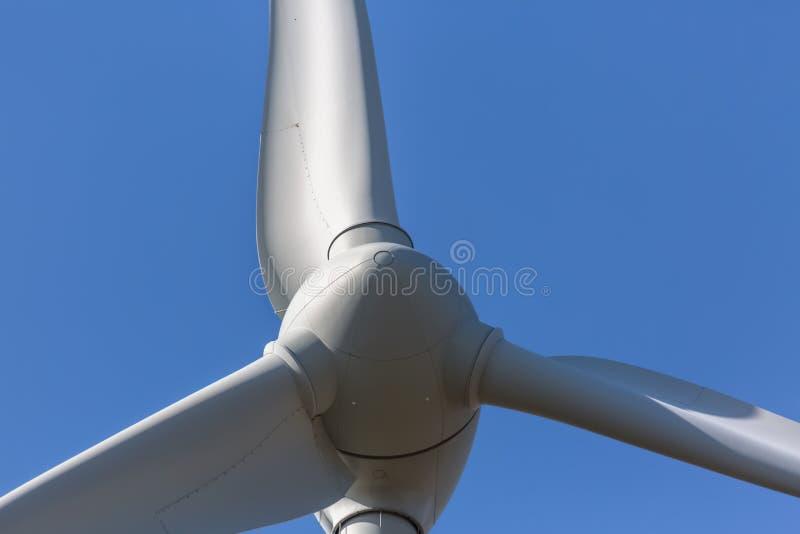 Szczeg??owy zako?czenie w g?r? widoku silniki wiatrowi; generatoru, rotoru i ostrza widok, obrazy stock
