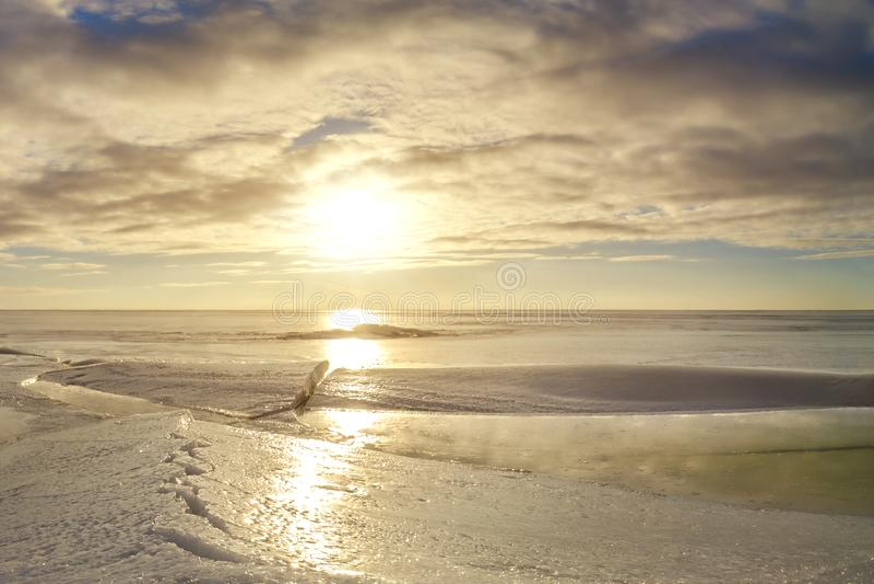 Szczelina na jeziorze maszerujący Wiosny słońce obrazy stock