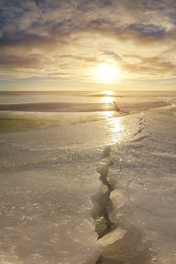 Szczelina na jeziorze maszerujący Wiosny słońce zdjęcia royalty free