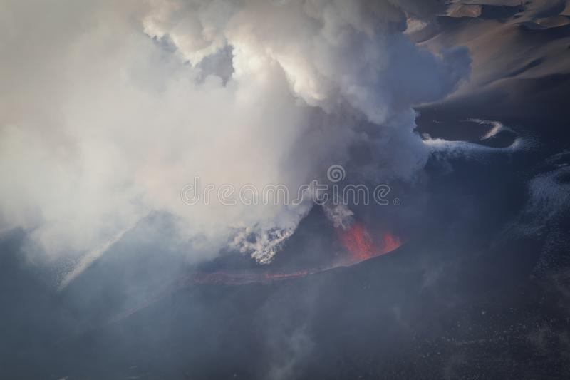Szczeliny erupcja przy Tolbachik wulkanem obrazy royalty free