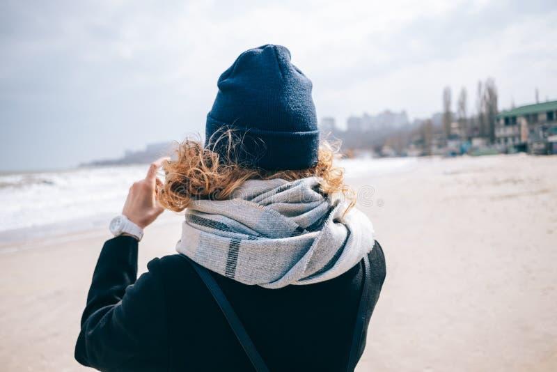 Szczera fotografia modniś dziewczyny podróżnik na nadbrzeżu obrazy stock