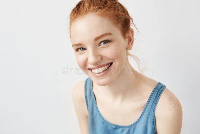 Szczera piękna imbirowa dziewczyna ono uśmiecha się patrzejący kamerę obraz royalty free
