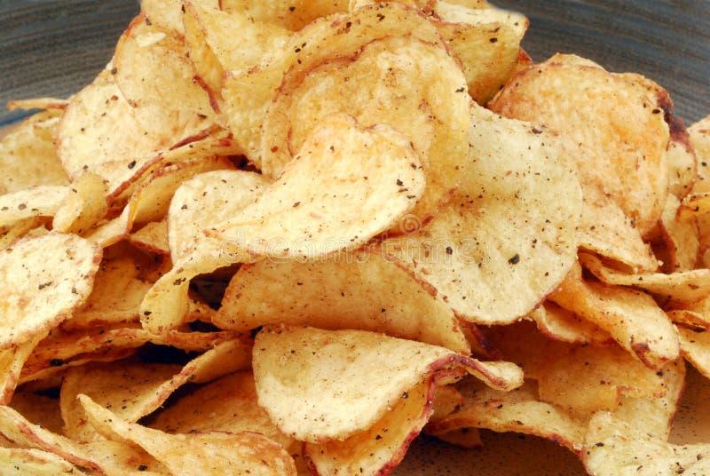Szczerbi się chipsy na talerzu obraz royalty free