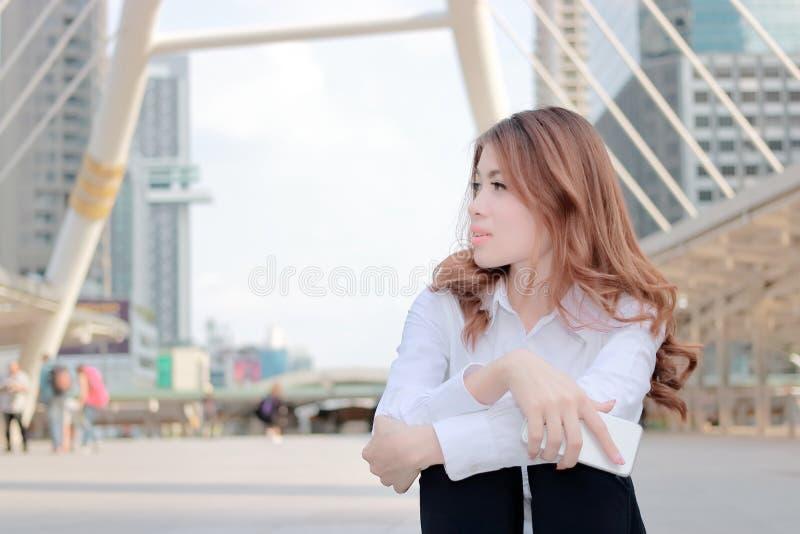 Szczery strzał atrakcyjna młoda Azjatycka biznesowa kobieta myśleć i marzy o coś przy miasta tłem zdjęcie stock