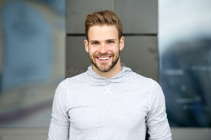 Szczery uśmiechu pojęcie Mężczyzna z perfect genialnej uśmiech nieogolonej twarzy miastowym tłem Faceta szczęśliwy emocjonalny wy obraz stock