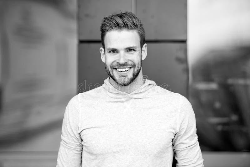 Szczery uśmiechu pojęcie Mężczyzna z perfect genialnej uśmiech nieogolonej twarzy miastowym tłem Faceta szczęśliwy emocjonalny wy fotografia stock
