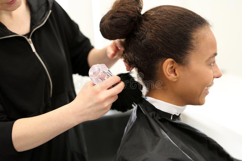 Szczotkarski fryzjer zdjęcie stock