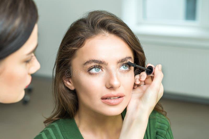 Szczotkarski stosuje beżowy makeup obrazy royalty free
