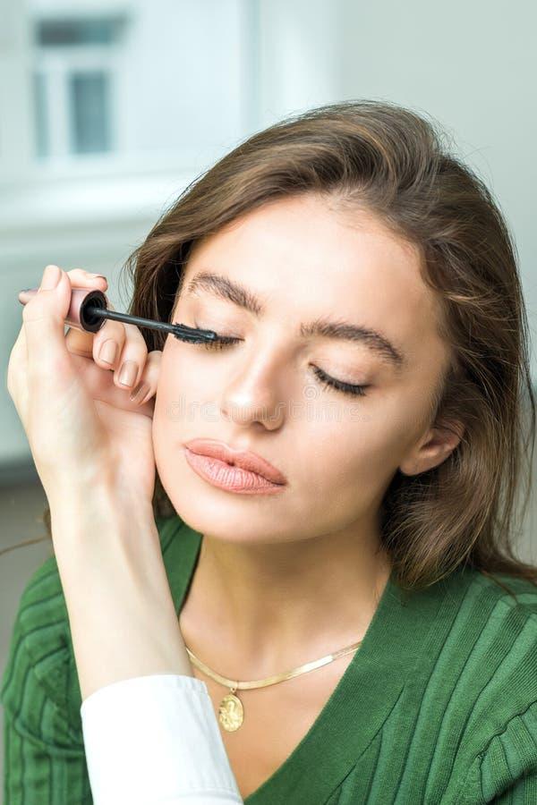 Szczotkarski stosuje beżowy makeup obrazy stock
