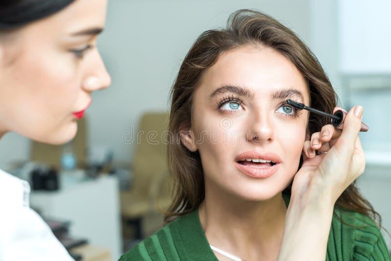 Szczotkarski stosuje beżowy makeup fotografia stock