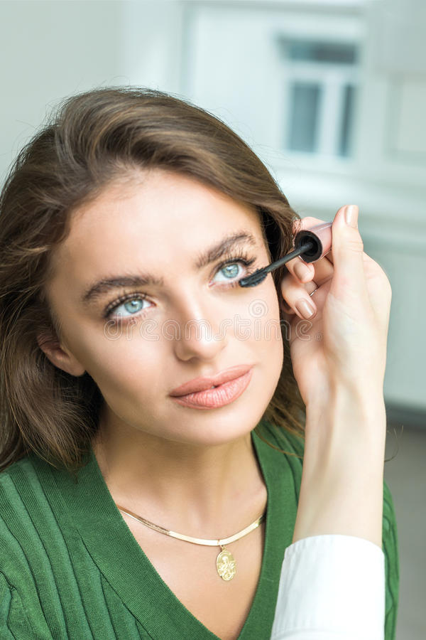 Szczotkarski stosuje beżowy makeup zdjęcie royalty free