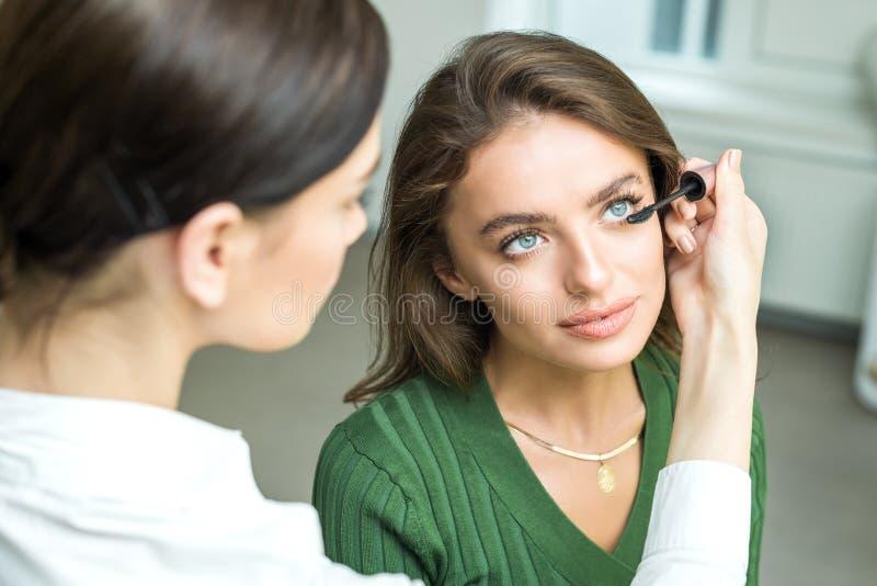 Szczotkarski stosuje beżowy makeup fotografia royalty free
