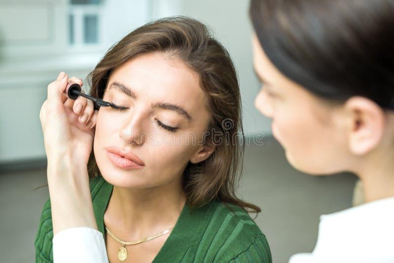 Szczotkarski stosuje beżowy makeup obraz royalty free
