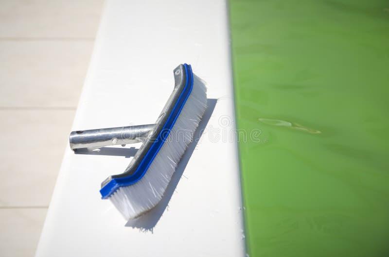Szczotkować powierzchnię basen otwierać je stawia czoło lato sezon obraz royalty free