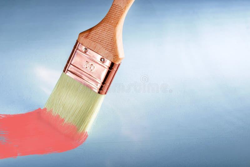 Szczotkuje z farbą na szarym tle z kopii przestrzenią zdjęcie stock