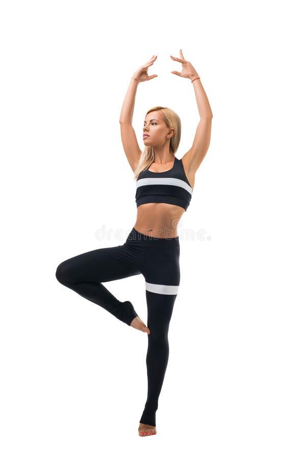 Szczupła blondynka w sportswear taniec odizolowywającym strzale zdjęcie stock
