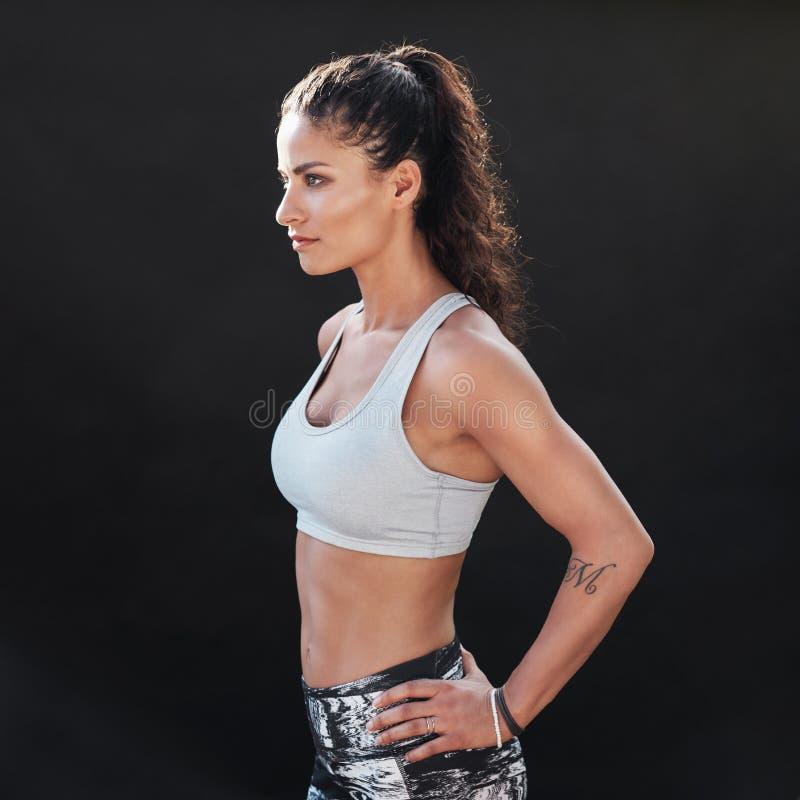 Szczupła i dysponowana młoda kobieta w sportswear zdjęcie stock