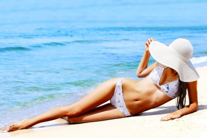 Szczupła kobieta na plaży obrazy royalty free