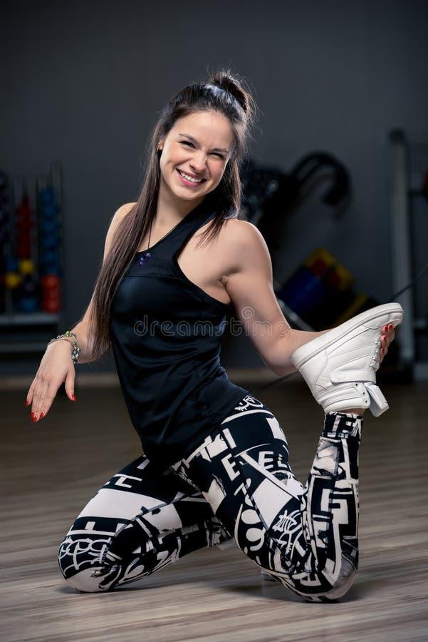 Szczupła młoda dziewczyna robi rozciągania ćwiczeniu zdjęcie royalty free
