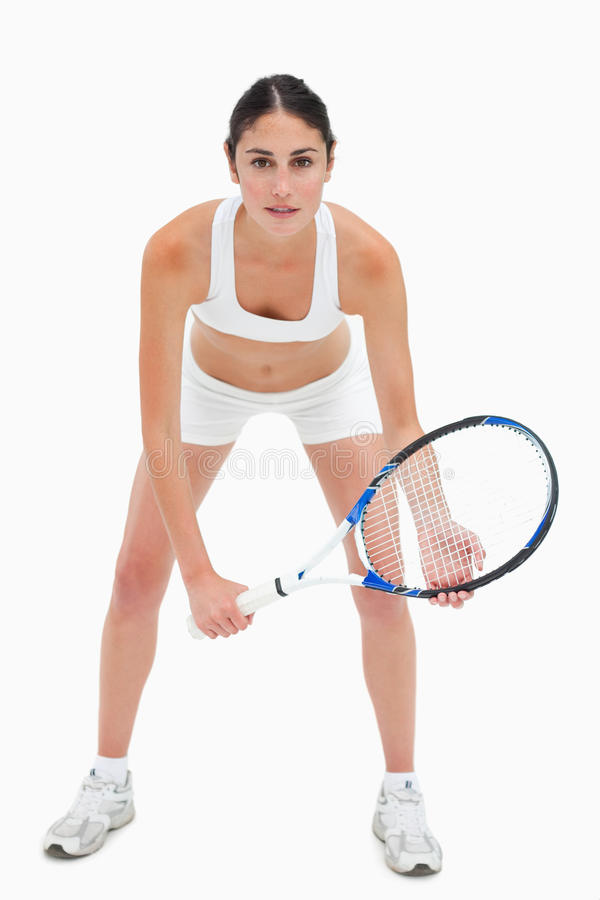 Szczupła młoda kobieta bawić się tenisa w biel odziewa obrazy royalty free