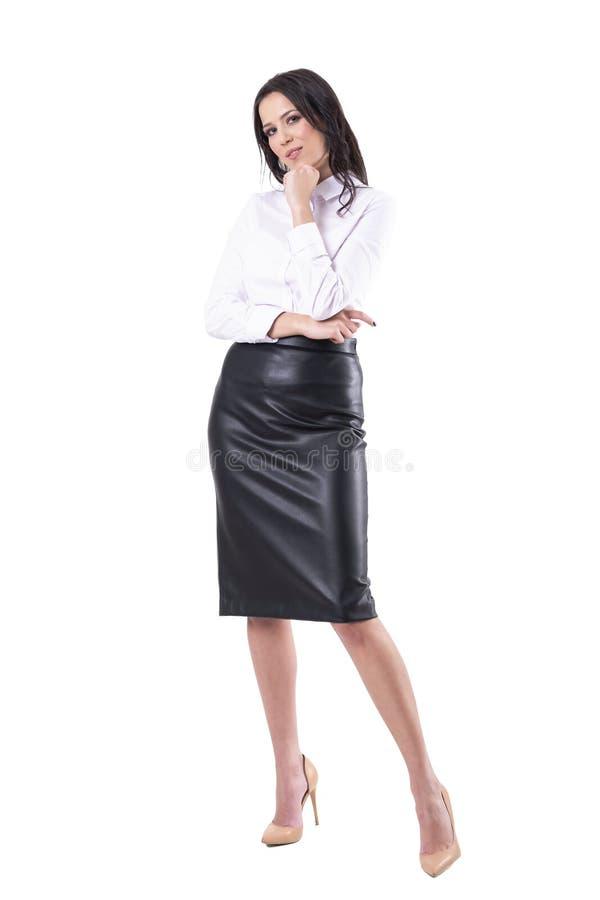 Szczup?a seksowna elegancka biznesowa kobieta patrzeje kamer? z r?k? na podbr?dku zdjęcie royalty free