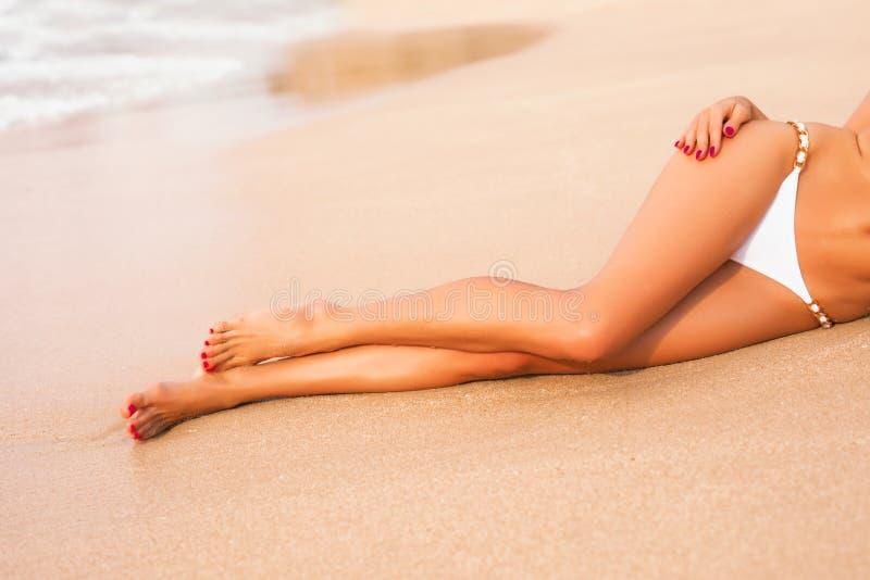 Szczupły kobiety ` s iść na piechotę na plaży obraz stock