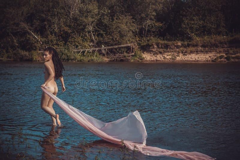 Download Szczupła Naga Dziewczyna Z Dreadlocks Zdjęcie Stock - Obraz złożonej z retuszerka, stopa: 53789466