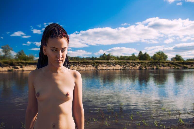 Download Szczupła Naga Dziewczyna Z Dreadlocks Obraz Stock - Obraz złożonej z chył, erotyk: 53789721