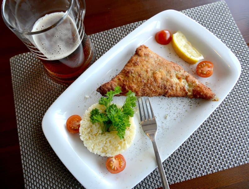 Szczupak żerdź piec w cieście naleśnikowym z ryż i warzywami zdjęcia royalty free