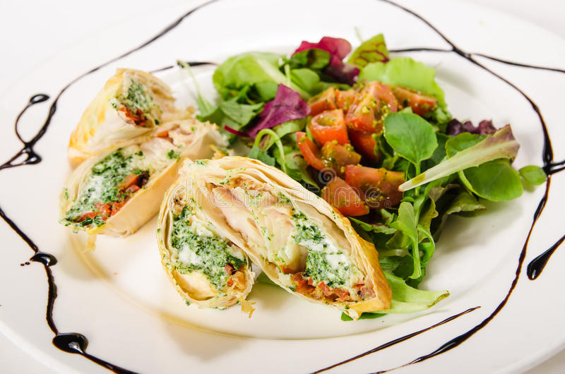 Szczupak żerdź polędwicowa z kremowym serem i szpinakiem w phyllo cieście zdjęcia stock
