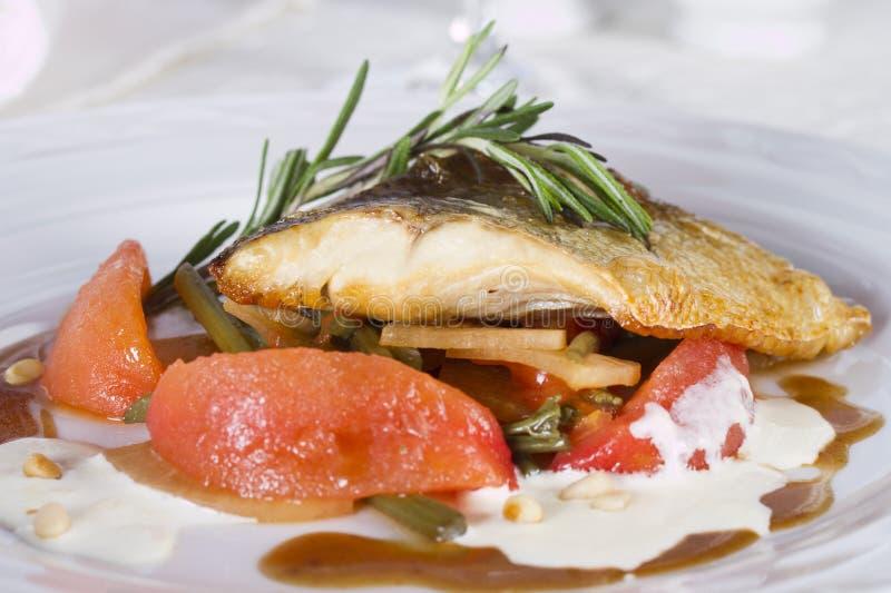 Szczupak żerdzi polędwicowy piec z strzała czosnek i blanched pomidory zdjęcia royalty free