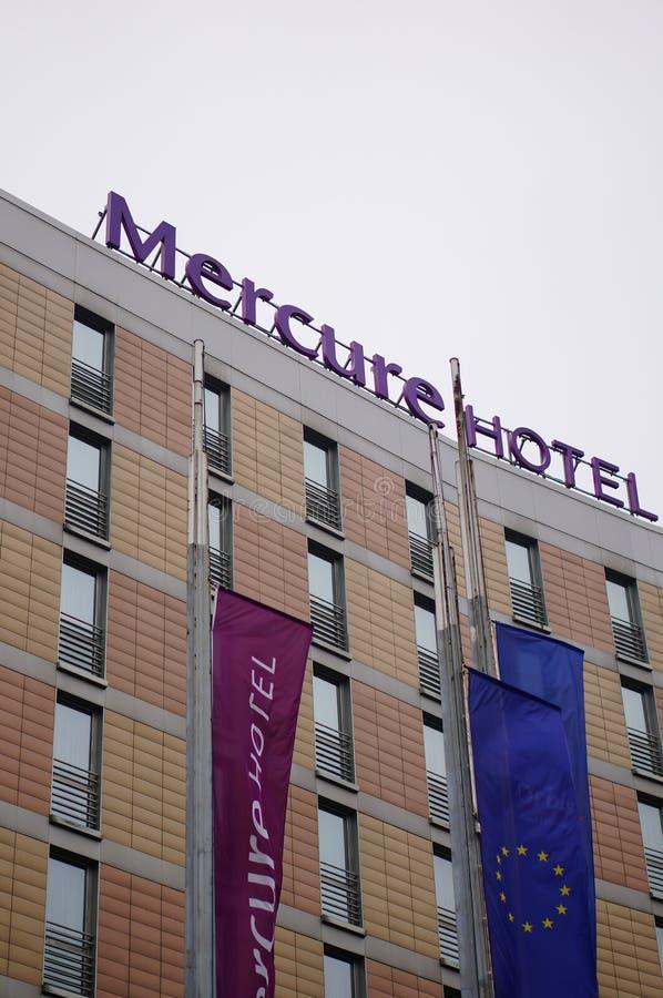 Szczyt budynku Mercure Hotel z flagami w Poznaniu, Polska zdjęcie royalty free