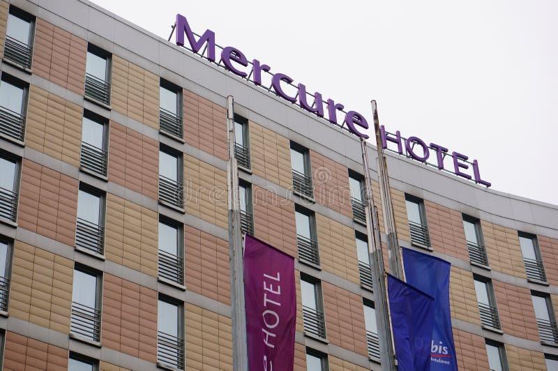 Szczyt budynku Mercure Hotel z flagami w Poznaniu, Polska zdjęcia royalty free