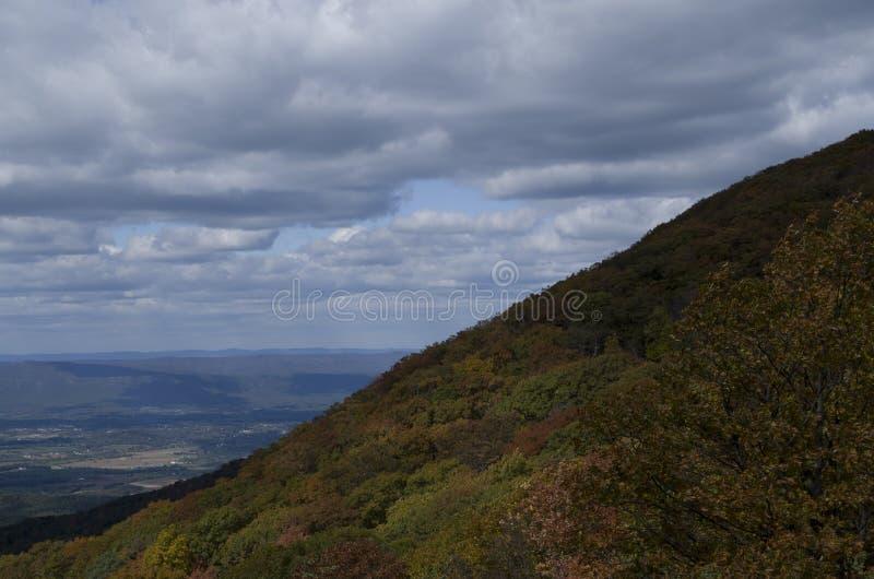 Szczytu górskiego drapacz chmur fotografia royalty free