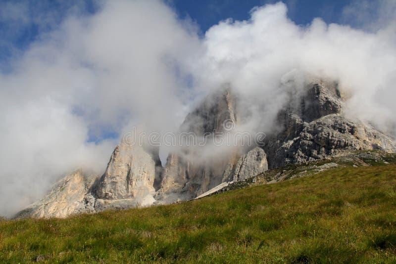 Szczyty w chmurach; Sassolungo grupa obrazy royalty free