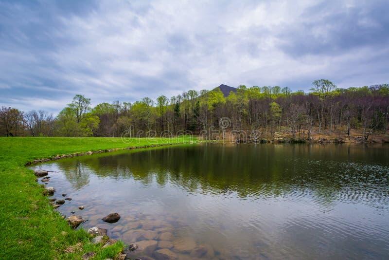 Szczyty Wydrowy jezioro na Błękitnym grani Parkway w Virginia, obraz royalty free