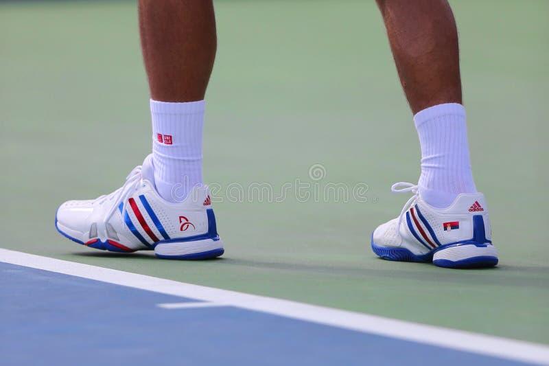 Sześć czasu wielkiego szlema mistrzów Novak Djokovic jest ubranym obyczajowych Adidas tenisowych buty podczas dopasowania przy us obraz stock
