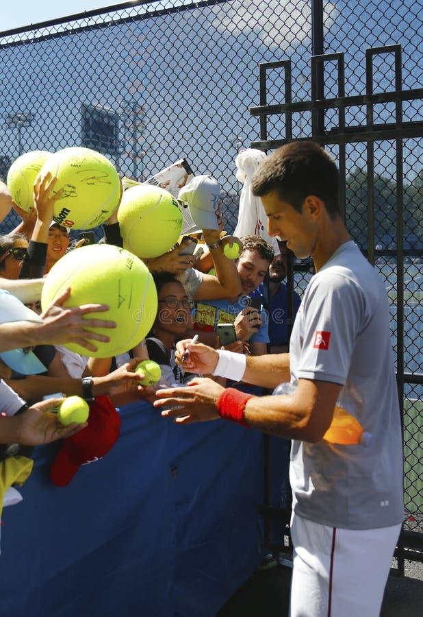 Sześć czasu wielkiego szlema mistrza Novak Djokovic podpisywania autografów po praktyki dla us open 2014 zdjęcie stock